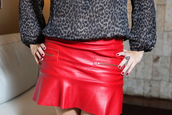 coisas que amamos look do dia saia de couro vermelha e onça guto queiroz 3